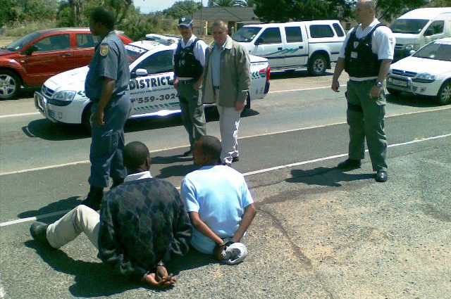 Armed robbers caught at the traffic light intersection in Monte Vista boulevard